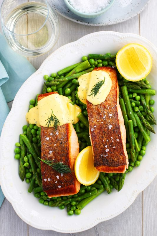 Salmon with asparagus, peas & hollandaise sauce